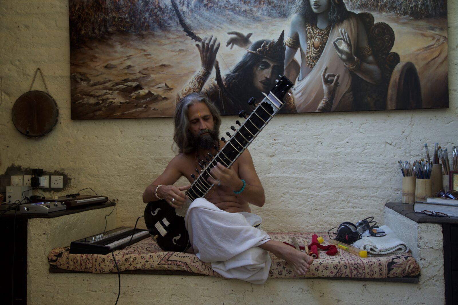 The hermit painter strumming on his sitar in Kandy, Sri Lanka. Photo credit : Dilshad Sadiq